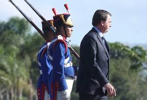Bolsonaro durante o hasteamento da bandeira do Brasil nesta sexta-feira, em Brasília Foto: Antônio Cruz / Agência Brasil