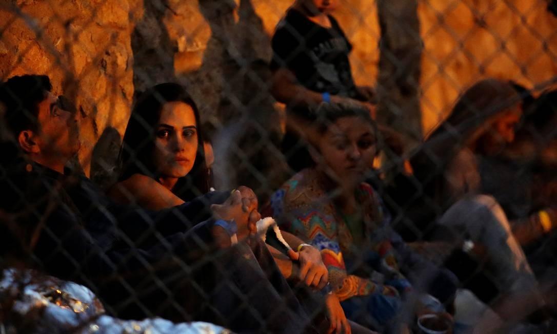 Migrantes da América Central são vistos dentro de um recinto onde estão sendo mantidos pela Alfândega e Proteção de Fronteiras (CBP) dos EUA, depois de cruzarem a fronteira entre o México e os Estados Unidos ilegalmente e se entregarem para pedir asilo em El Paso, Texas Foto: JOSE LUIS GONZALEZ / REUTERS