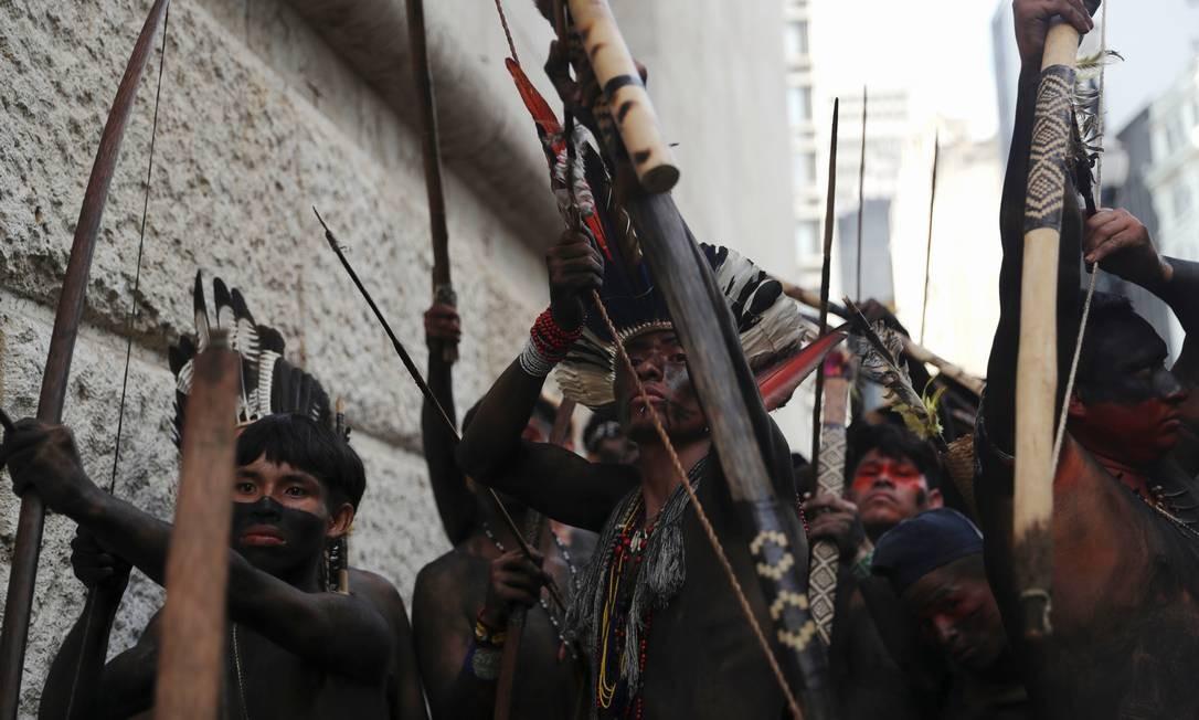 Indígenas da tribo Guarani apontam suas flechas para guardas da cidade enquanto protestam por melhores serviços de saúde, em frente à prefeitura de São Paulo Foto: AMANDA PEROBELLI / REUTERS