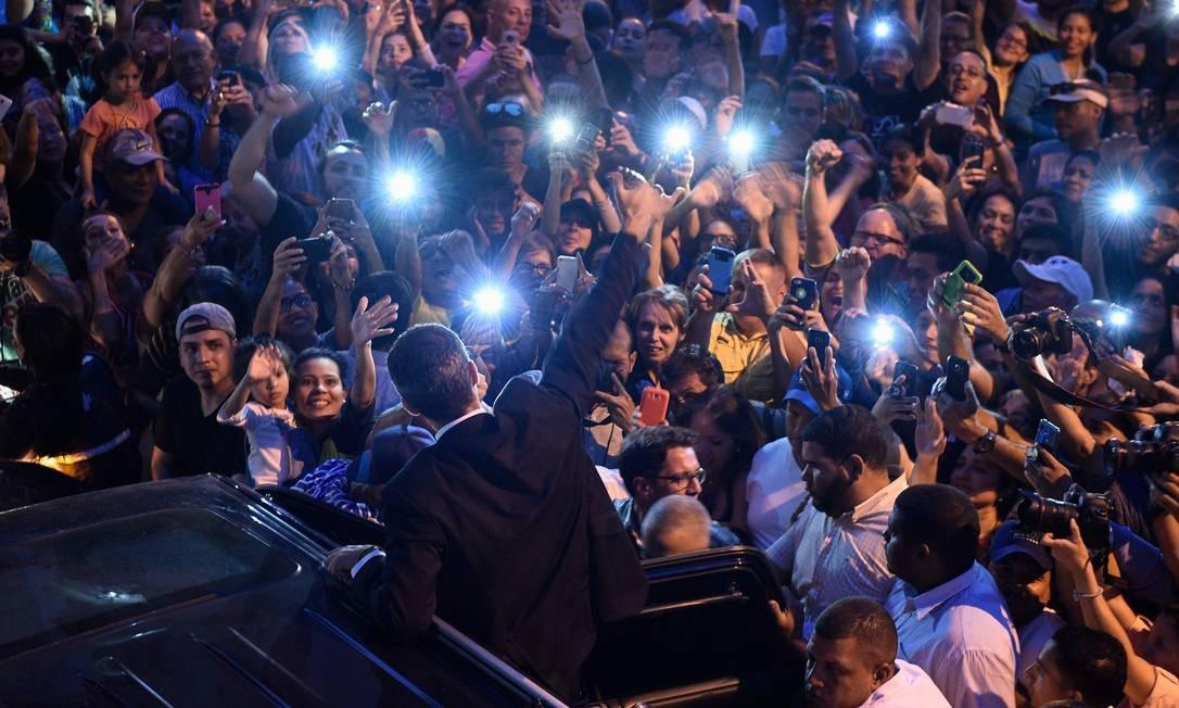 O líder da oposição venezuelana e autoproclamado presidente interino, Juan Guaidó, acena para partidários depois de participar de uma reunião convocada pela Assembleia Nacional da Venezuela, no bairro de Montalban, em Caracas. Guaidó, reconhecido como presidente interino pelos EUA e seus aliados, rejeitou na quinta-feira (28) o anúncio do regime de Nicolás Maduro de que foi impedido de assumir cargos públicos. A ordem, emitida pelo Auditor Geral Elvis Amoroso, é inválida, segundo Guaidó Foto: FEDERICO PARRA / AFP