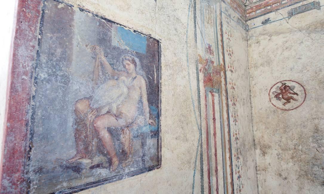 """O afresco """"Leda e o cisne"""", descoberto durante as obras de escavação no Regio V do antigo sítio arqueológico de Pompeia, Itália Foto: CIRO DE LUCA / REUTERS"""
