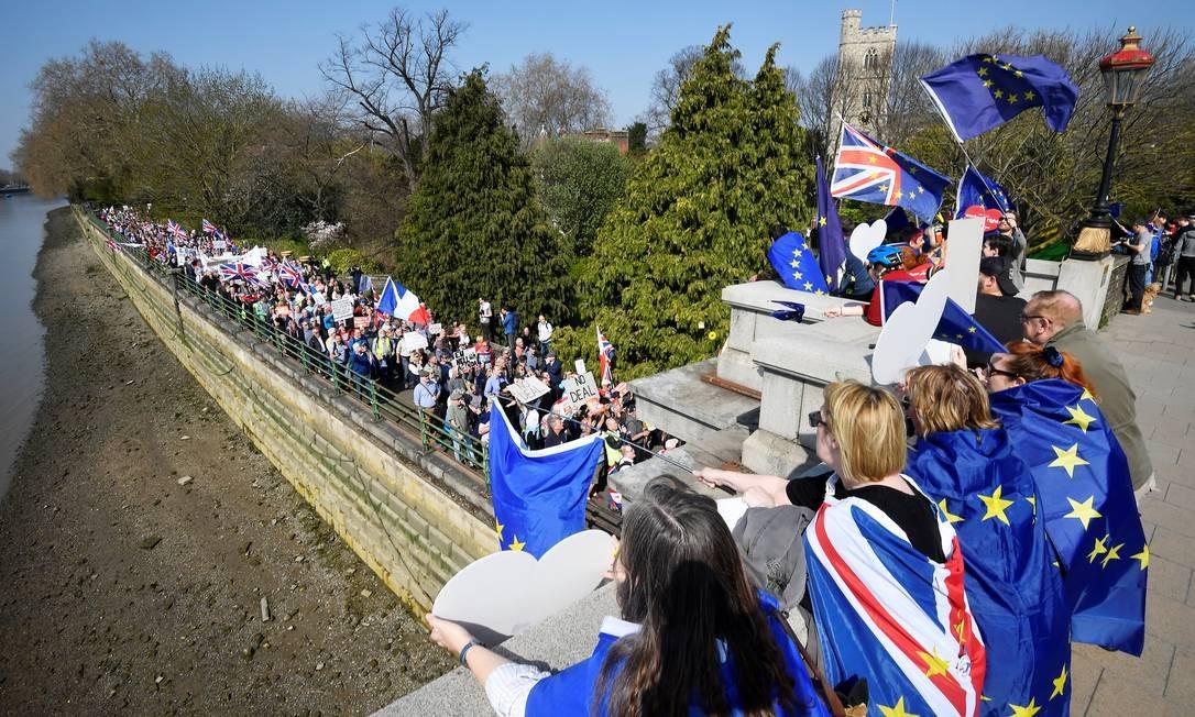 Um manifestante anti-Brexit levanta bandeira da União Europeia diante de uma manifestação em defesa da saída do Reino Unido do bloco europeu, enquanto esta caminha às margerns do rio Tâmisa, em Londres, Inglaterra Foto: TOBY MELVILLE / REUTERS