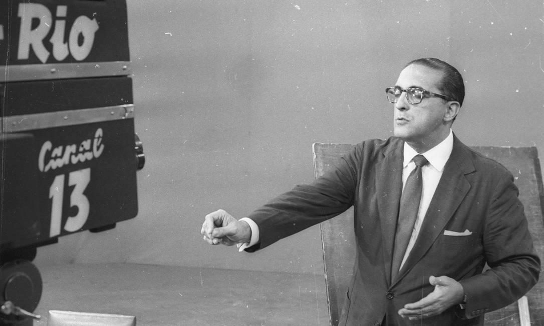 Líder da UDN, Carlos Lacerda faz um inflamado discurso contra Jânio pelo rádio, em 24 de agosto, acusando o presidente de tramar um golpe de Estado. Na foto, Lacerda durante entrevista, no dia 15 de julho, à TV Rio Foto: Agência O Globo