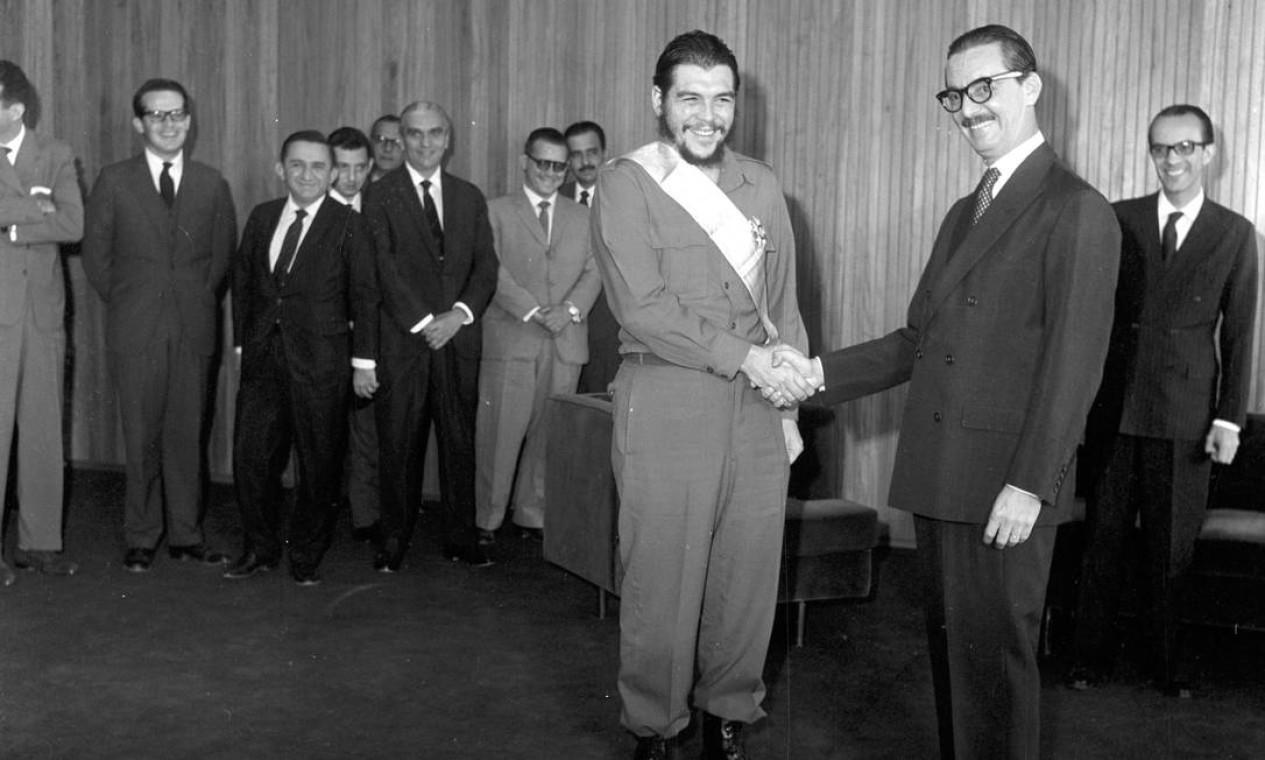A crise agravou-se ainda mais quando, no dia 20 de agosto, concedeu a Che Guevara, um dos líderes guerrilheiros da Revolução Cubana, a Ordem do Cruzeiro do Sul. Para os setores conservadores brasileiros, uma afronta interpretada como uma ameaça comunista Foto: Agência O Globo