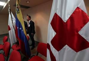 Bandeiras da Cruz Vermelha e da Venezuela na sala da entrevista coletiva em Caracas Foto: IVAN ALVARADO / REUTERS 29-03-19