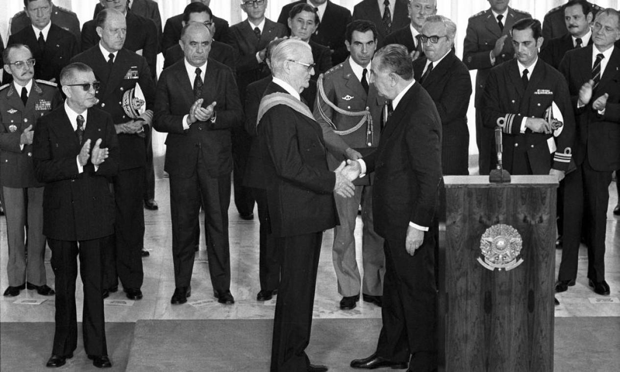 Ernesto Geisel – Na foto, recebe a faixa presidencial de Médici. Exerceu o mandato de 15 de março de 74 a 15 de março de 1979. Deu início ao processo de reabertura política que foi concluído em 1985, ao fim do governo de João Figueiredo Foto: Luiz Pinto / Agência O Globo