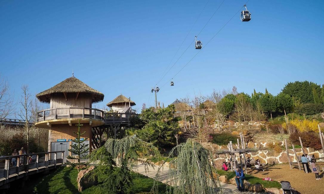 Os cabos foram instalados a 45 metros de altura sobre o zoológico, que tem 35 hectares Foto: GUILLAUME SOUVANT / AFP