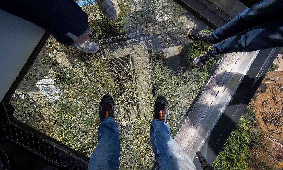 O teleférico tem chão envidraçado, o que torna a experiência ainda mais emocionante. Para quem não tem vertigem, é claro Foto: GUILLAUME SOUVANT / AFP