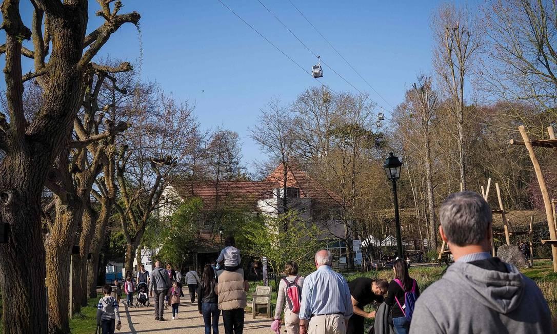 Visitantes caminham pelas alamedas do ZooParc de Beauval, que foi fundado em 1980 e é, ainda hoje, um dos maiores do tipo na Europa Foto: GUILLAUME SOUVANT / AFP