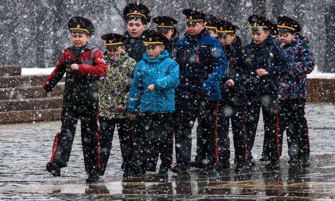 Os cadetes russos marcham durante as escolas anuais de cadetes reunidos, em Moscou Foto: MLADEN ANTONOV / AFP