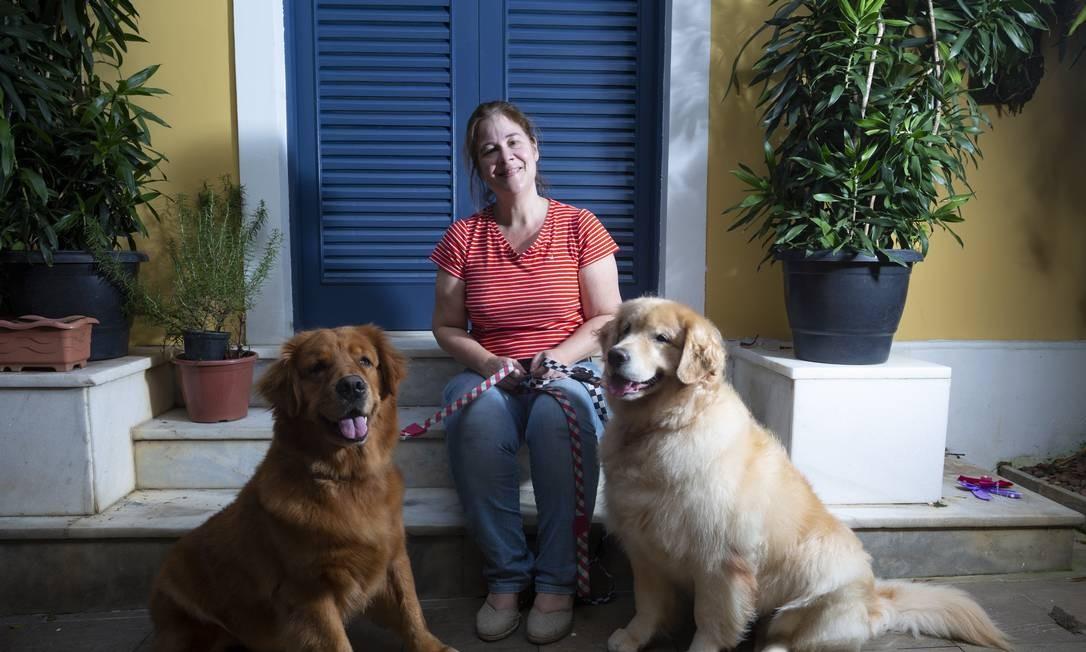 Lúcia Krause convive com seus 2 Goldens Foto: Bruno Kaiuca / Agência O Globo