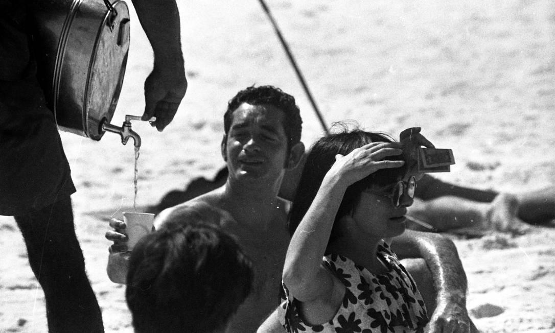 Agnàs Varda e o seu marido Jacques Demy tomam mate na praia Foto: Arquivo o Globo / Agência O Globo