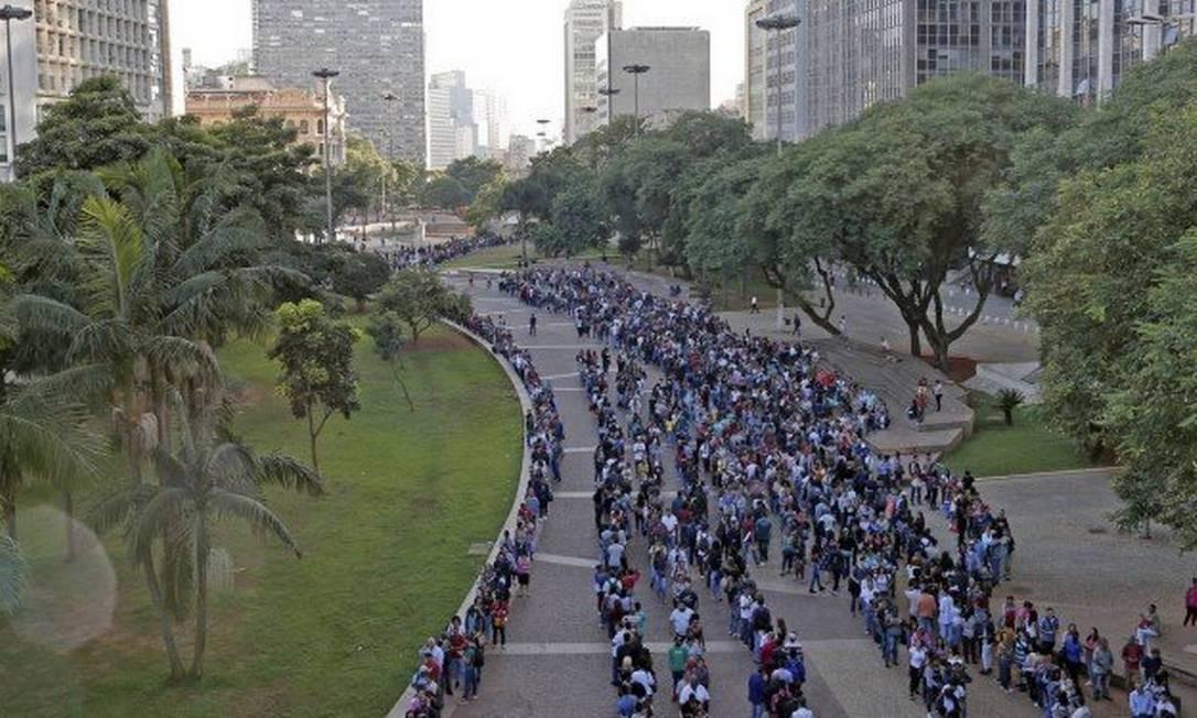 Desempregados tentam se candidatar a uma vaga no mutirão do emprego realizado em São Paulo Foto: Edilson Dantas / Agência O Globo