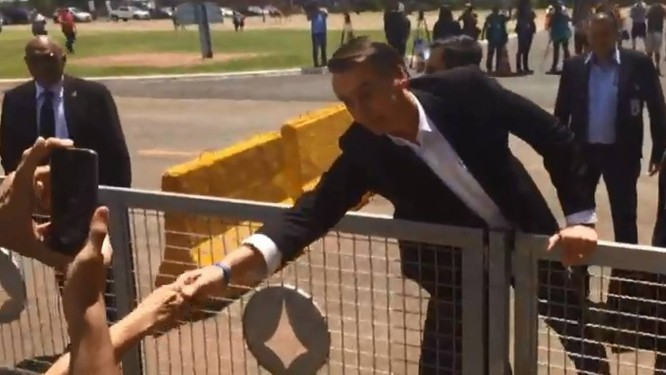 Bolsonaro cumprimentou apoiadores ao deixar o Planalto para embarcar rumo a Israel Foto: Agência O Globo