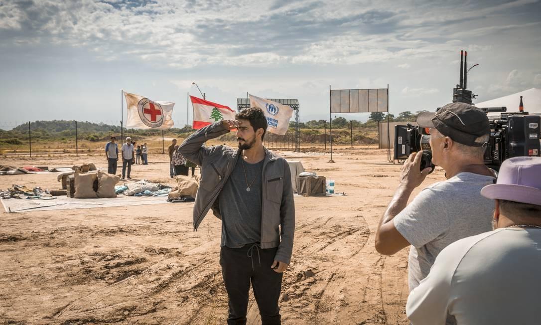 Renato Goés nos bastidores das filmagens de 'Órfãos da terra' Foto: TV Globo/Paulo Belote