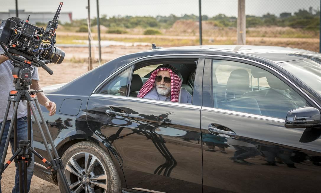 Caracterizado como Aziz, Herson Capri viverá um sheik libanês que vem ao campo em busca de mão de obra barata Foto: TV Globo/Paulo Belote