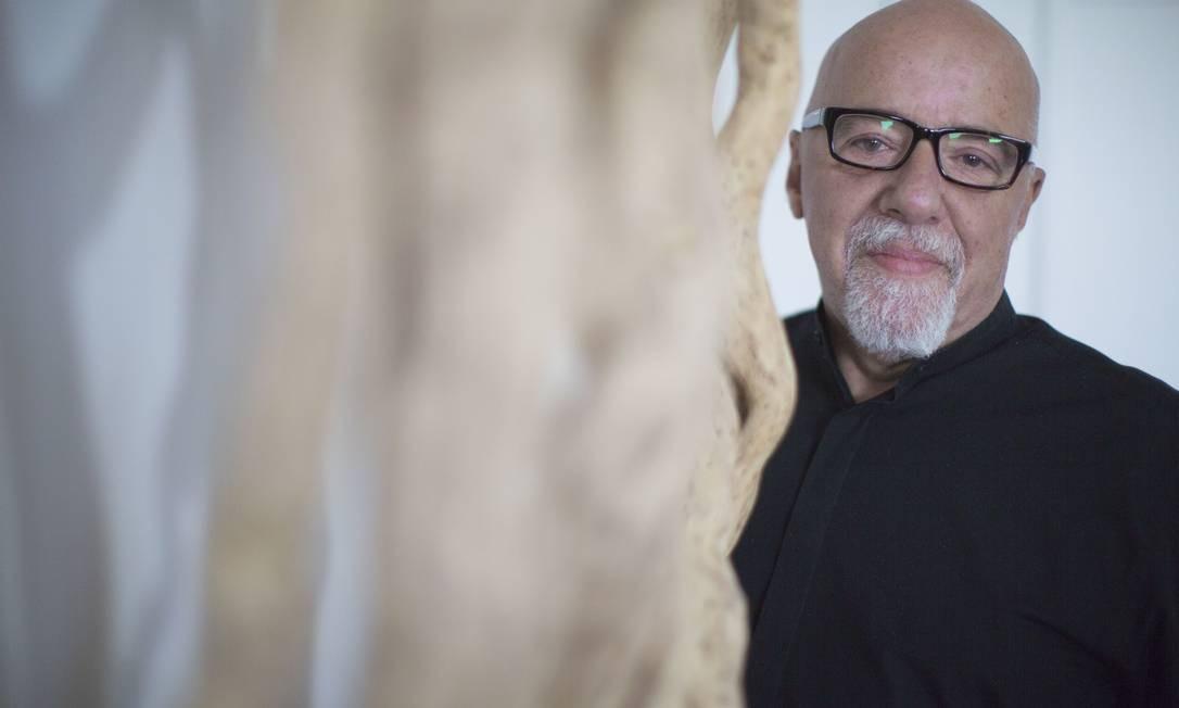 O escritor Paulo Coelho, que hoje mora em Genebra, publicou artigo sobre a tortura que sofreu durante o regime militar brasileiro Foto: Bisson Bernard / AP