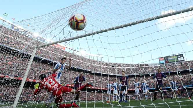 Messi, em cobrança de falta, marcou o primeiro gol Foto: ALBERT GEA / REUTERS