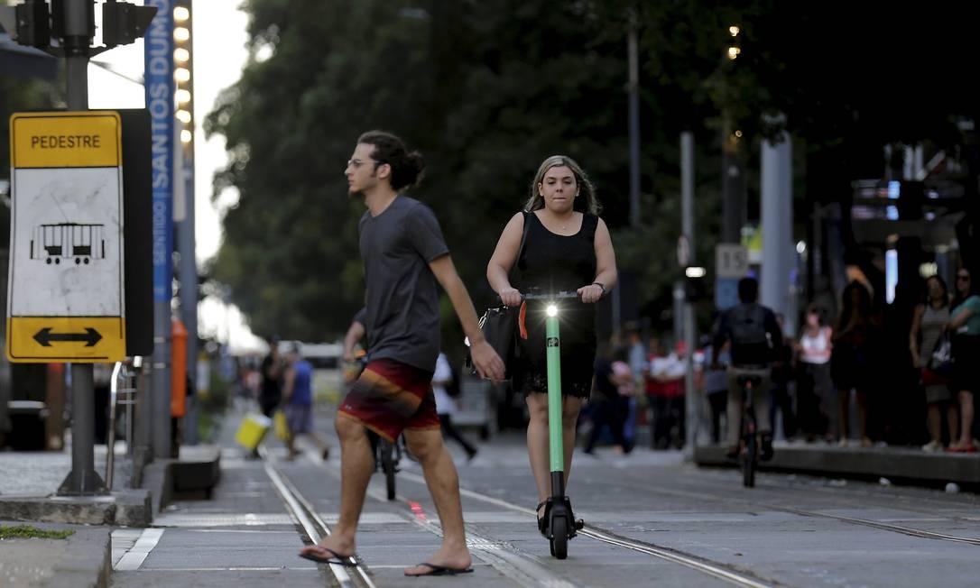 Na foto, mulher usa patinete no Centro do Rio Foto: Marcelo Theobald / Agência O Globo