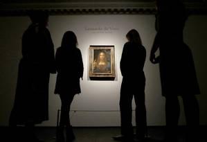 Funcionários da Christie's de Londres diante da tela 'Salvator Mundi', antes do leilão realizado em novembro de 2017, em Nova York Foto: Peter Nicholls / Reuters