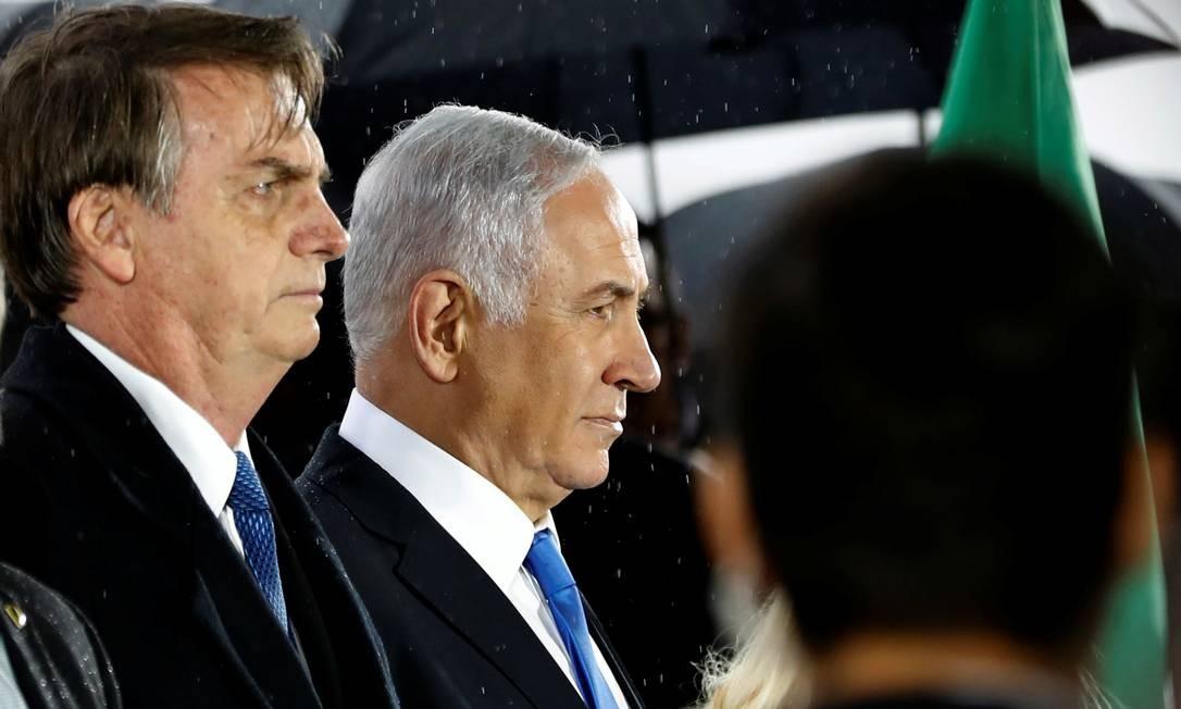 Netanyahu recebe Bolsonaro no Aeroporto Internacional de Tel Aviv Foto: RONEN ZVULUN / REUTERS