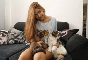 Amor que se multiplica. Isabella Araújo (acima), com Blue e Adora Foto: Agência O Globo