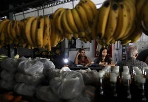 Loja de frutas usa gerador de carro para se manter aberta durante apagão em Caracas, na Venezuela Foto: STRINGER / REUTERS