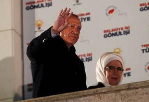 Presidente turco, Recep Tayyip Erdogan cumprimenta apoiadores ao lado da mulher, Emine Foto: UMIT BEKTAS 01-04-2019 / REUTERS