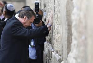 Bolsonaro reza na Muro das Lamentações, onde depositou um bilhete Foto: POOL / REUTERS