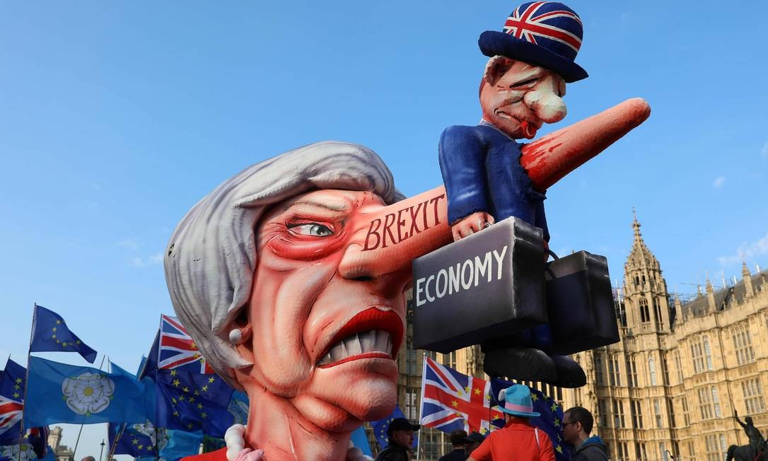 Ativistas anti-Brexit protestam com um boneco gigante da primeira-ministra britânica, Theresa May, em frente às Casas do Parlamento, em Londres, enquanto os parlamentares discutem opções alternativas para o Brexit antes da segunda rodada de votos indicativos Foto: ISABEL INFANTES / AFP