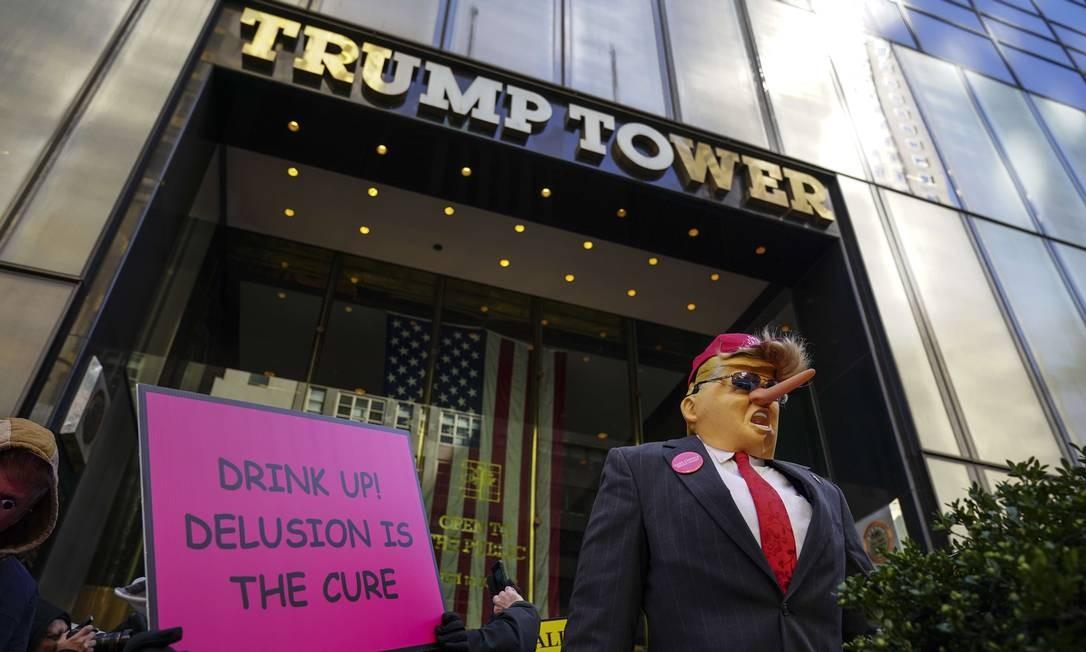 Uma efígie do presidente dos Estados Unidos, Donald Trump, na porta de entrada da Trump Tower, durante um protesto pelo Dia da Mentira, o 1º de abril , contra Trump Foto: Drew Angerer / AFP