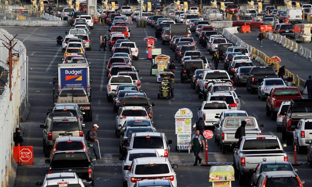 Carros fazem fila em várias linhas enquanto esperam para ser inspecionados pelos agentes de patrulha de fronteira para ingressar nos EUA, no ponto de entrada de San Ysidro, em Tijuana, México Foto: JORGE DUENES / REUTERS