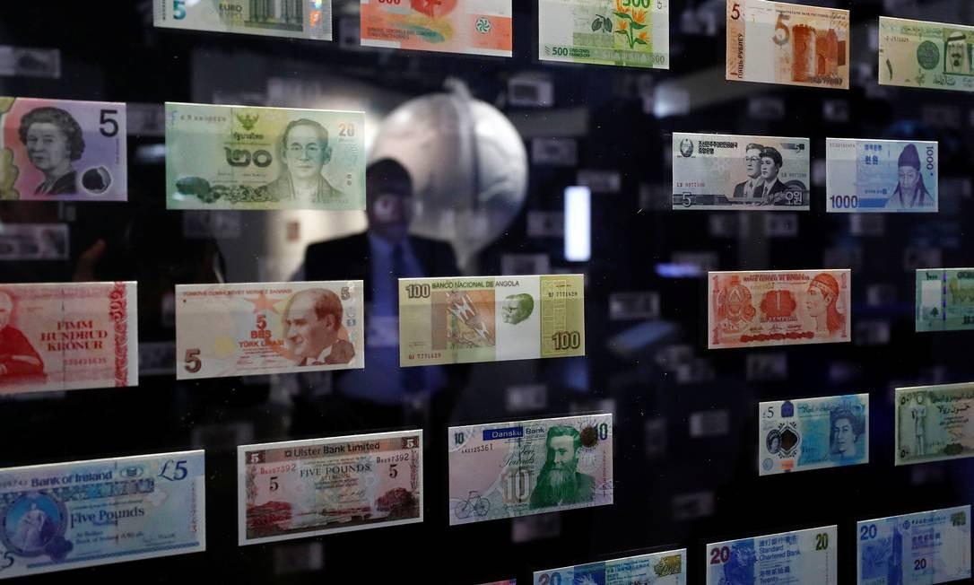 Um visitante analisa moedas internacionais em exibição no Museu do Dinheiro do Banco Federal Alemão de Reservas, o Bundesbank, em Frankfurt, Alemanha Foto: KAI PFAFFENBACH / REUTERS