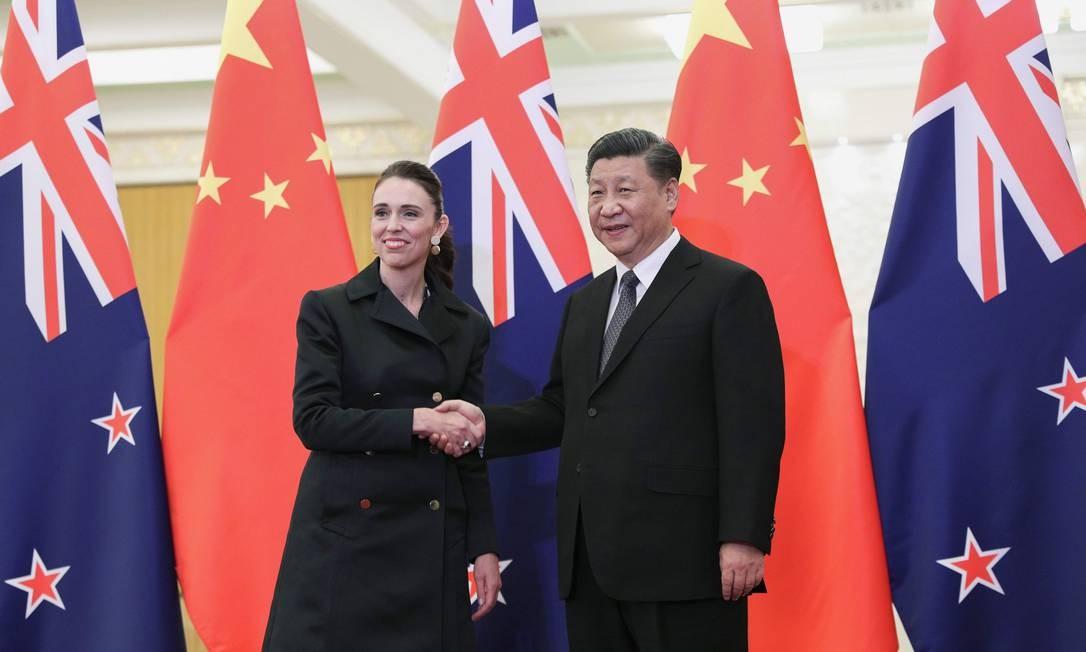 O presidente da China, Xi Jinping, cumprimenta a primeira-ministra da Nova Zelândia, Jacinda Ardern, antes do encontro no Grande Salão do Povo, em Pequim Foto: KENZABURO FUKUHARA / AFP