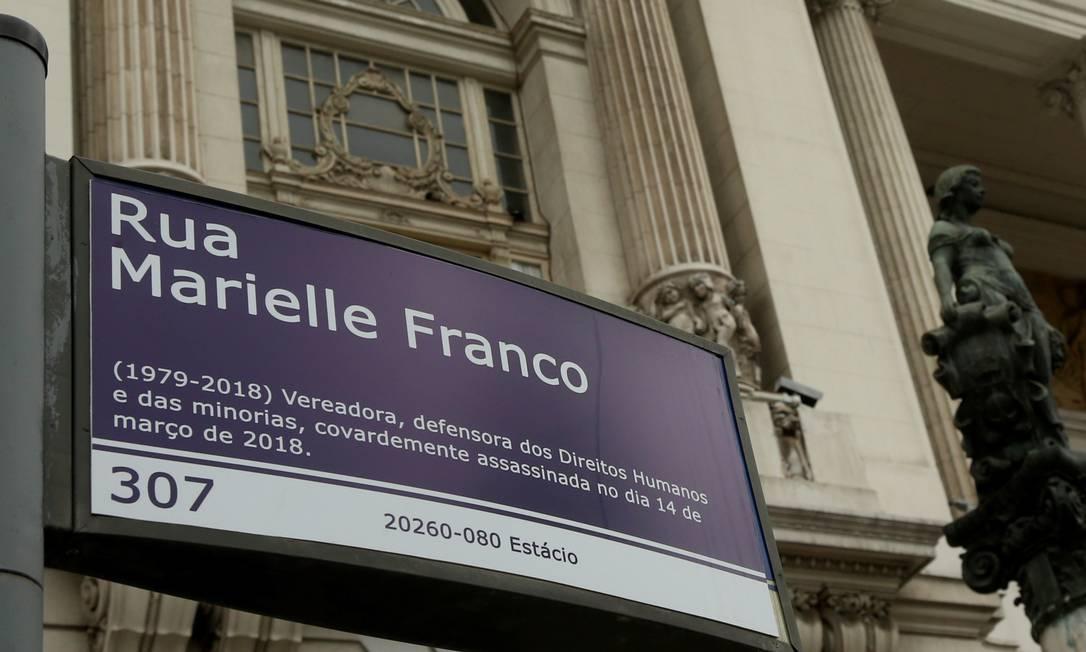 No ano passado, placa foi colada em frente à Câmara do Rio Foto: Fabiano Rocha / Agência O Globo