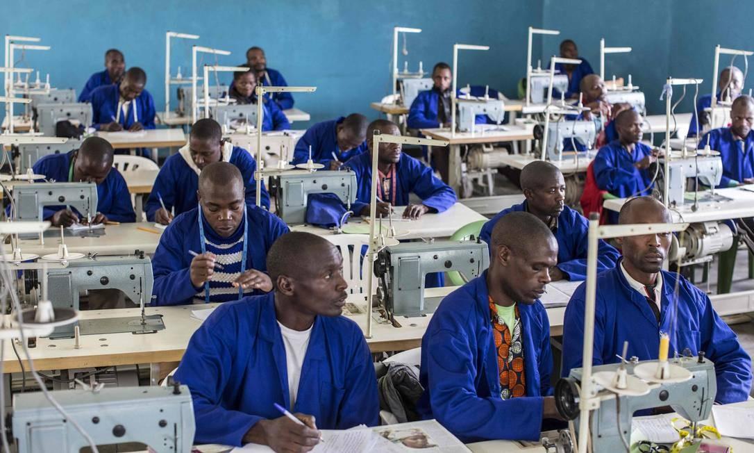 Combatentes da Ex-Força de Libertação Democrática de Ruanda (FLDR) participam de uma aula em um centro de treinamento vocacional no Centro de Reintegração e Desmobilização em Mutobo, a cerca de 100 quilômetros a noroeste de Kigali e sob as montanhas Virunga Foto: JACQUES NKINZINGABO / AFP
