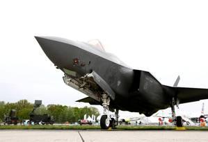 Um caça F-35 é exibido em feira de aviação em Berlim no ano passado: americanos temem que sistema russo 'aprenda' a identificar avião, reduzindo sua capacidade de operar de forma 'invisível' a radares de defesa antiaérea Foto: Axel Schmidt/REUTERS/25-04-2018