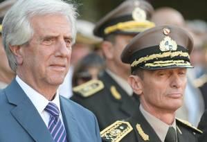 Tabaré Vázquez e José González, nomeado chefe do Exército e afastado por encobertamento de assassinato de preso político Foto: Nicolás Pereyra/El País/GDA