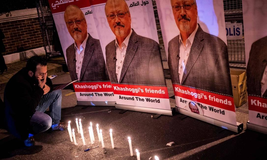 Homem presta homenagem a jornalista saudita morto em consulado de Istambul Foto: YASIN AKGUL 02-10-2018 / AFP