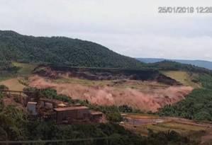 Imagens mostram exato momento do rompimento da barragem da Mina do Feijão, em Brumadinho, em janeiro Foto: Reprodução