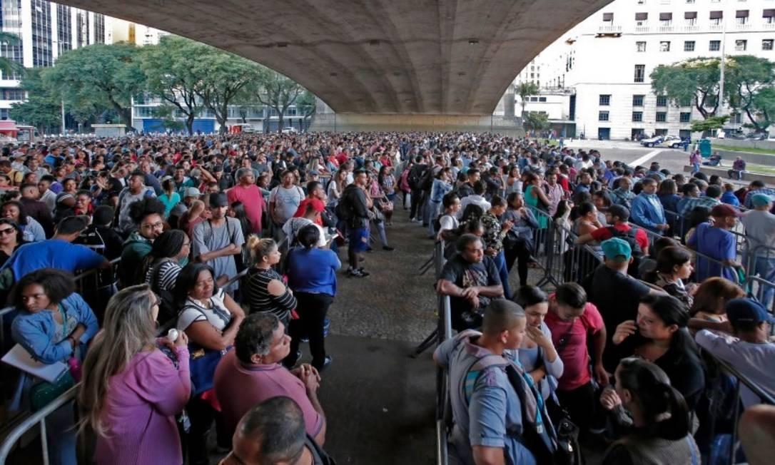 MIlhares de pessoas enfrentam fila em SP para tentar se cadastrar para vaga de emprego Foto: Edilson Dantas / Agencia O Globo