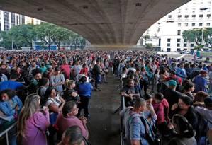 Milhares de pessoas enfrentam fila em São Paulo para tentar se cadastrar para vaga de emprego Foto: Edilson Dantas / Agencia O Globo