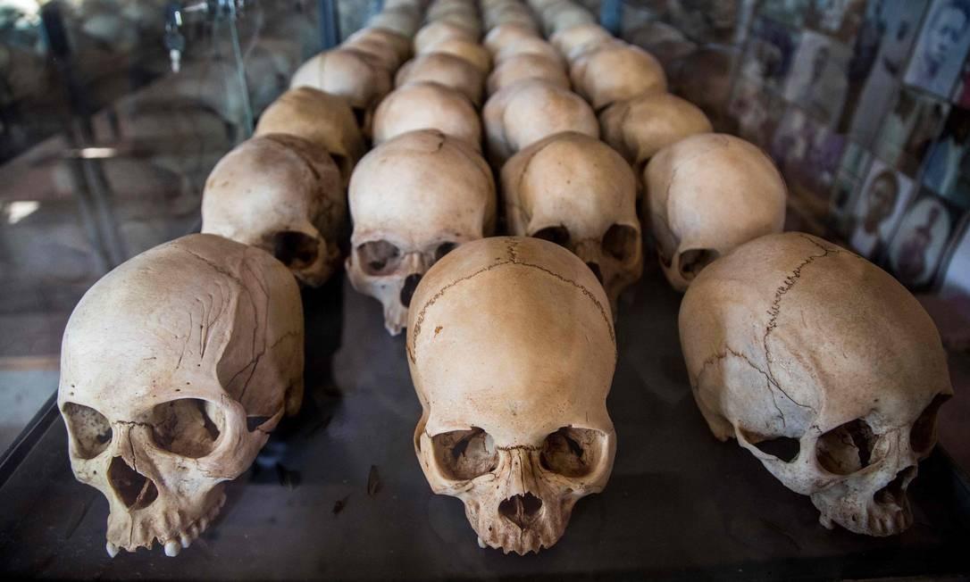 Crânios de vítimas do genocídio de Ruanda, ocorrido em 1994, no Memorial do Genocídio Ntarama, em Kigali. No próximo dia 7 de abril, Ruanda rememora os 25 anos do massacre Foto: JACQUES NKINZINGABO / AFP