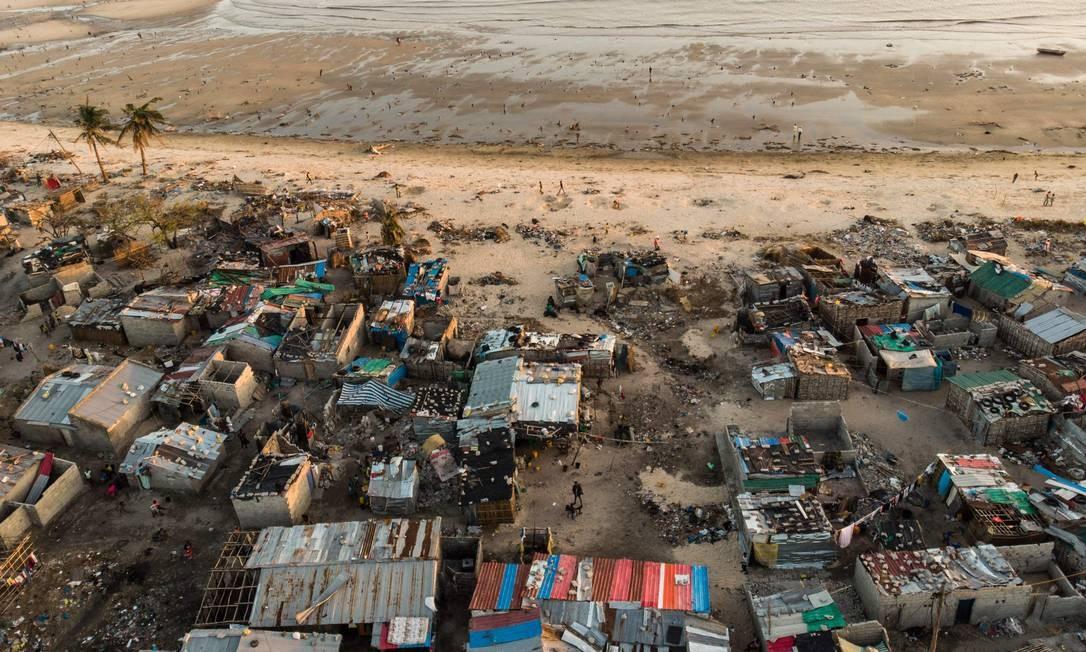 Detritos e imóveis destruídos pelo ciclone Idai no bairro da Praia Nova, em Beira. O ciclone atingiu a costa moçambicana no início de março, devastando a cidade portuária de Beira e deixando cerca de 600 pessoas mortas em Moçambique, Zimbabwe e Malawi Foto: GUILLEM SARTORIO / AFP