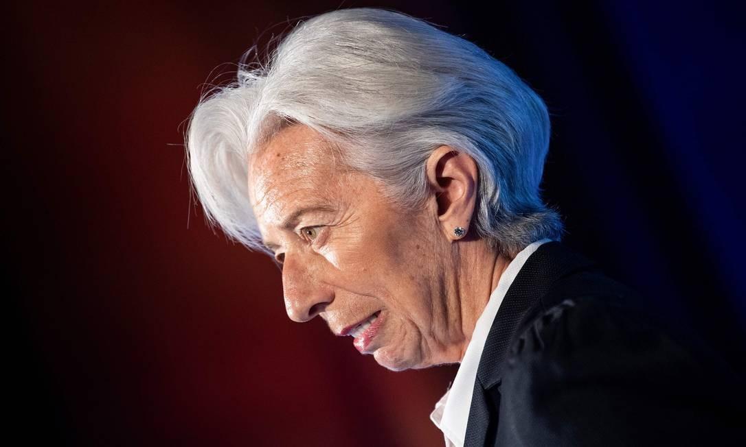 """A diretora do Fundo Monetário Internacional (FMI), Christine Lagarde, discursa na Câmara de Comércio dos EUA, em Washington. O crescimento global em 2019 deve ser mais lento do que o esperado, mas uma recuperação """"precária"""" deve ocorrer ainda neste ano, disse a chefe do FMI nesta terça-feira (2). Em um discurso antes das reuniões de primavera da semana que vem com o Banco Mundial, Christine Lagarde disse que a economia mundial está vulnerável a choques do Brexit, altos níveis de endividamento e tensões comerciais, além de desconforto nos mercados financeiros Foto: BRENDAN SMIALOWSKI / AFP"""