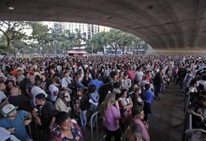 Fila de pessoas procurando emprego no Vale do Anhagabau, em São Paulo Foto: Edilson Dantas / Agência O Globo