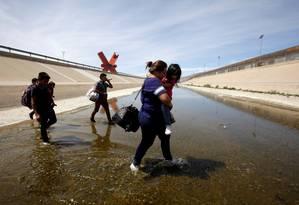 Migrantes da América Central tentam cruzar ilegalmente a fronteira dos EUA em El Paso, Texas Foto: JOSE LUIS GONZALEZ / REUTERS