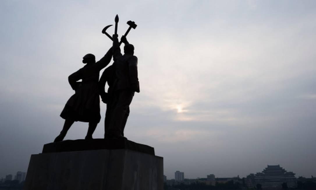 Ideologia não é só um punhado de mentiras vermelhas. Na foto, um monumento do Partido dos Trabalhadores da Coreia do Norte, em Pyongyang. Foto: Christian Aslund / Getty Images