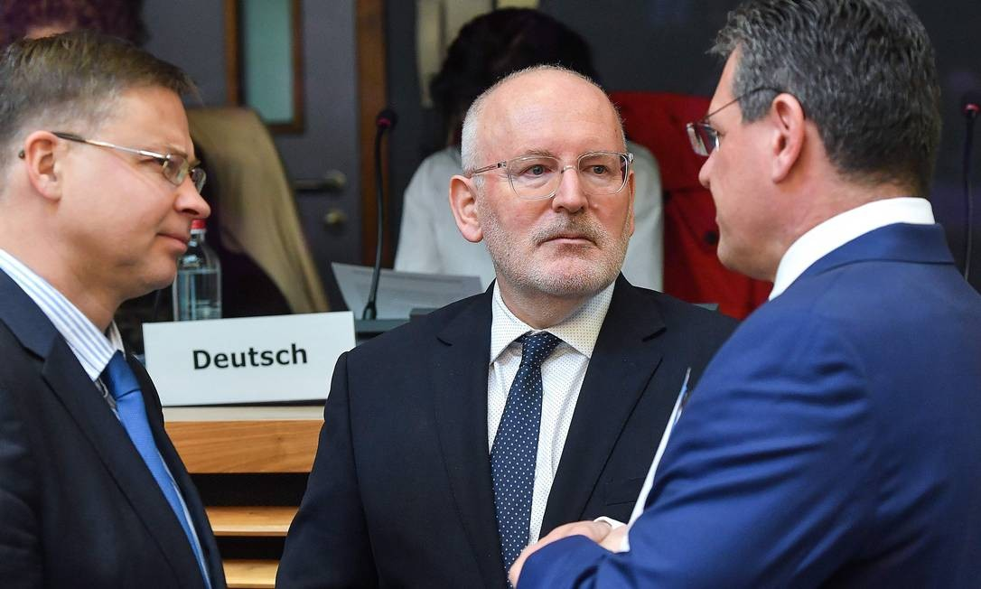 Primeiro-vice-presidente da Comissão Europeia, Frans Timmermans conversa em reunião em Bruxelas Foto: EMMANUEL DUNAND 03-04-2019 / AFP