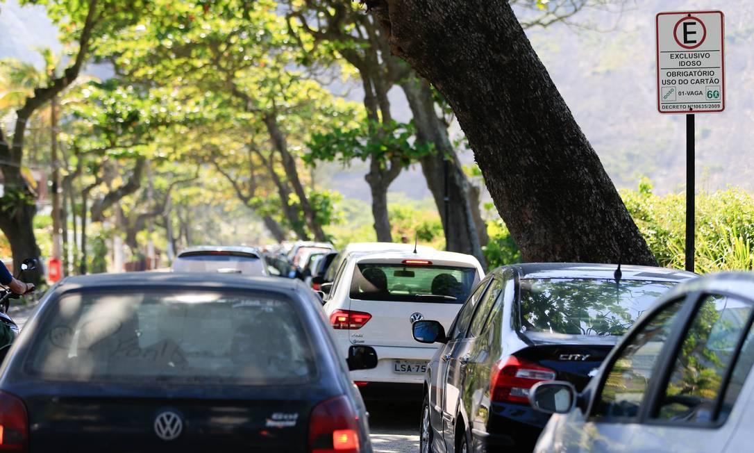Alta concentração de veículos circulando pelo Centro e em Icaraí foi um dos motivos apontados pela prefeitura para dar início à proibição Foto: Roberto Moreyra / Agência O Globo